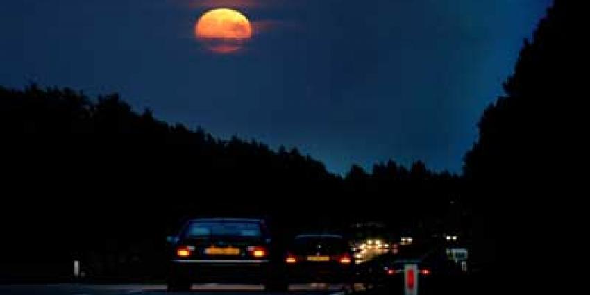 Foto van snelweg in donker met maan | Archief EHF