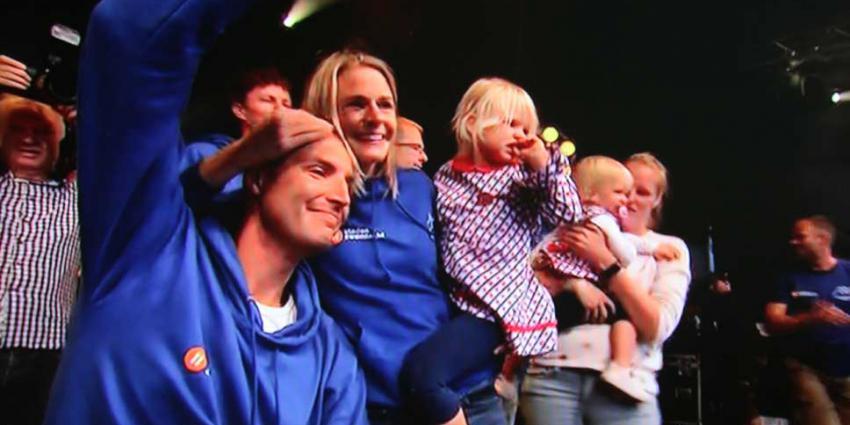 Superman Maarten van der Weijden zwemt 2,5 miljoen bij elkaar en ontvangt gouden elfstedenkruisje