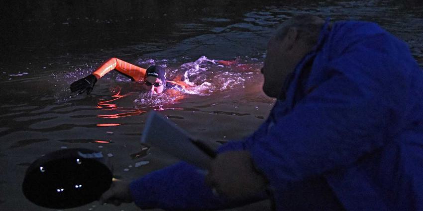 Maarten van der Weijden zwemt tijdens 11stedenzwemtocht bijna 4 km/h
