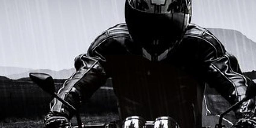 Motorrijder rijdt opzettelijk agent aan