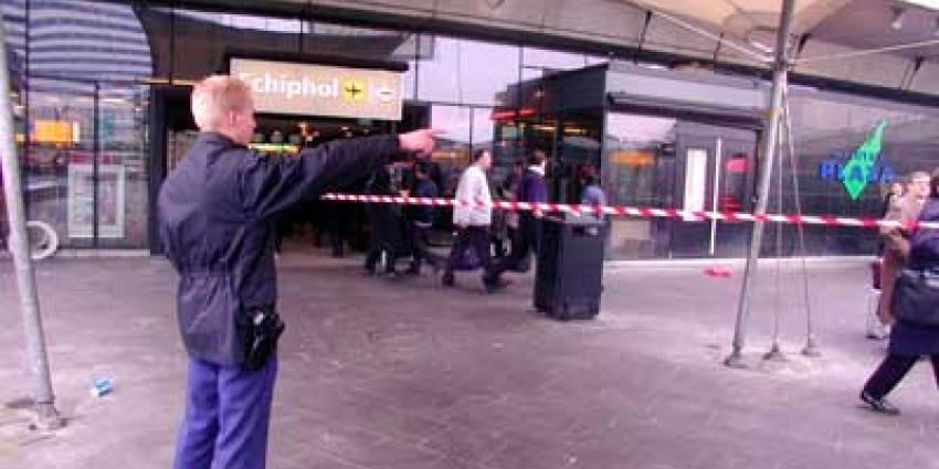 Foto van marechaussee op Schiphol Plaza | Archief EHF