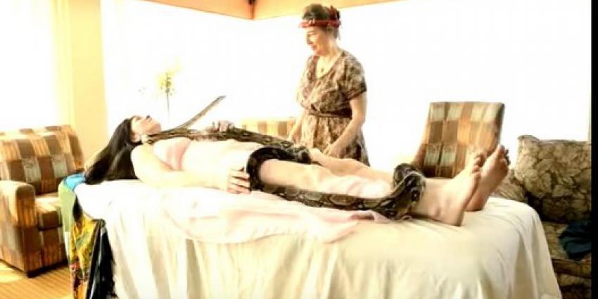 Nieuwe trend: massage door wurgslangen