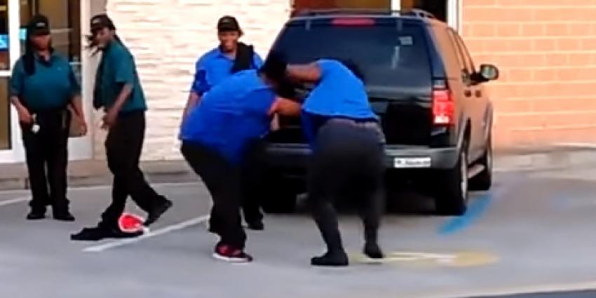 McDonalds medewerkers met elkaar op de vuist
