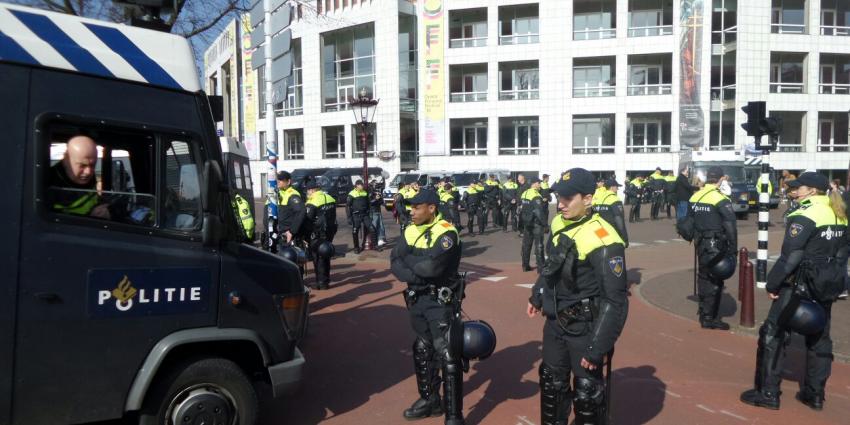 Rechts demonstreert tegen links in Amsterdam