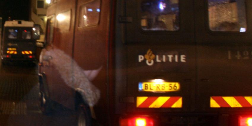 Handhavers en politiemensen ontruimen ADM-terrein in Amsterdam