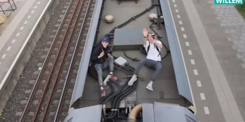 Vloggers liften mee op trein. Viola woedend