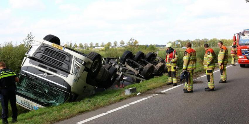 Vrachtwagenchauffeur melkwagen gewond bij ongeval