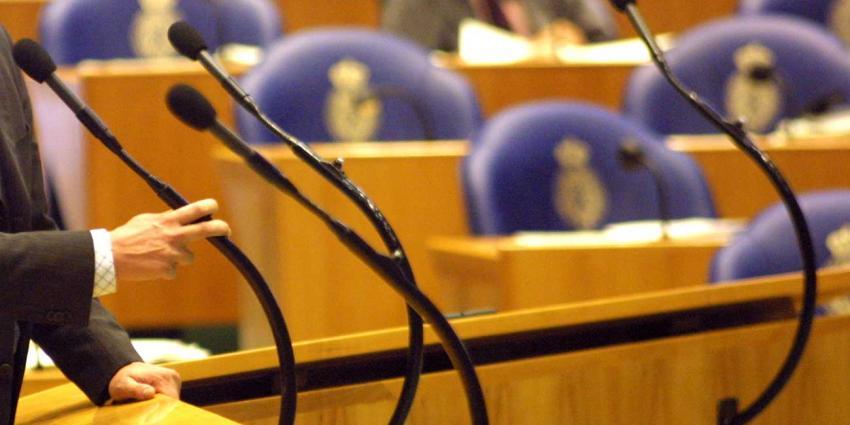 Man springt van publieke tribune in Tweede Kamer