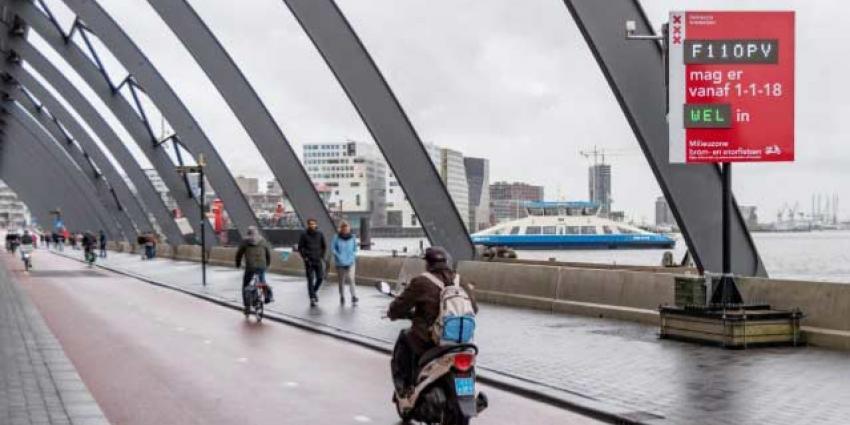 Snorfiets gaat in Amsterdam naar de rijbaan