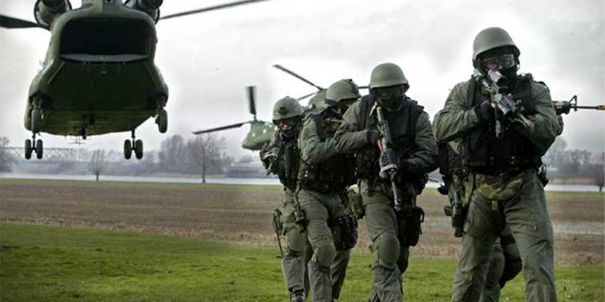 Foto van militairen bij helikopter   Min. Defensie