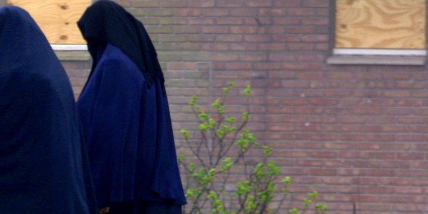 De rol van vrouwelijke jihadi's in online netwerken voor rekrutering