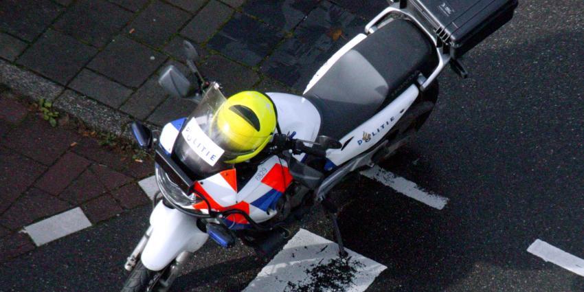 Agent laat geboeide arrestant meerennen naast motor