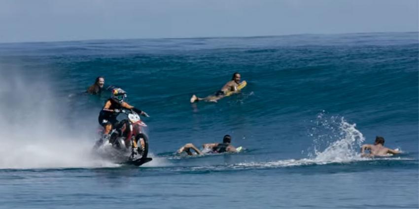 Stuntman Robbie Maddison scheurt met een crossmotor over zee