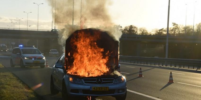 Motor Mercedes brandt volledig uit