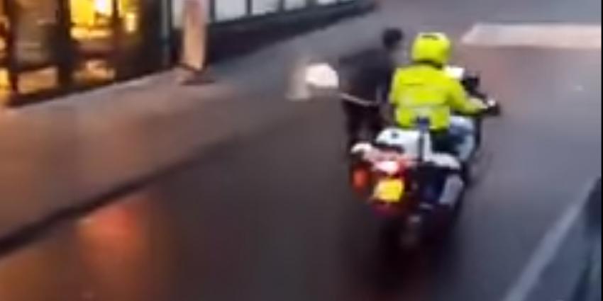 Agent bestraft voor meevoeren verdachte aan motor