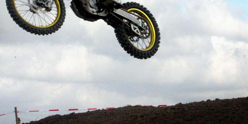 Motorcrosser ernstig gewond na val