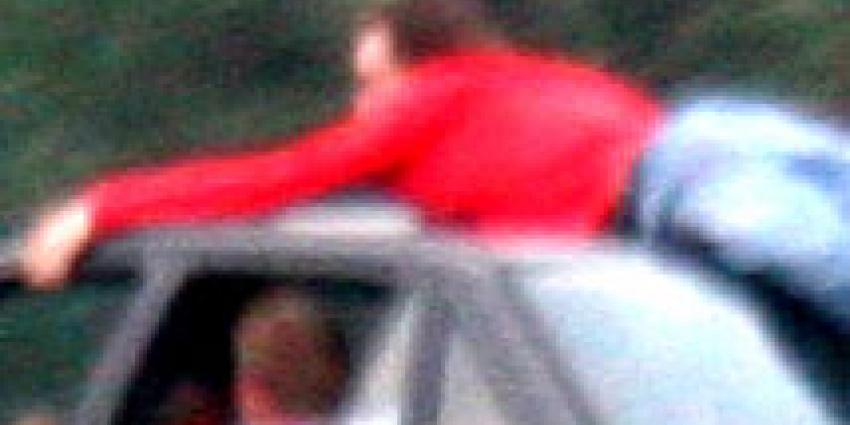 Man springt noodgedwongen bij buurman op de motorkap