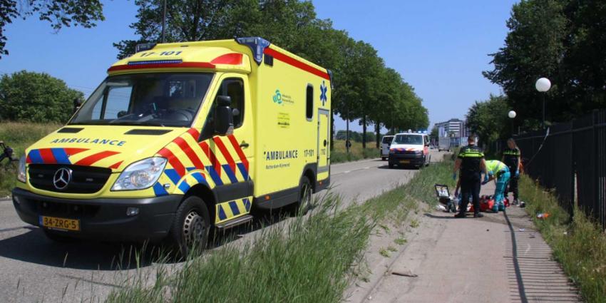 Motorrijder gewond na klap tegen hek