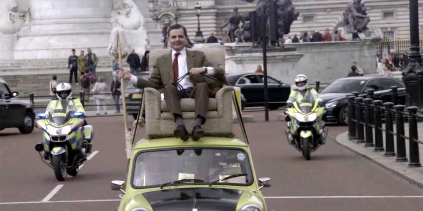 Mr. Bean viert zijn 25-jarige jubileum met rondrit op dak van Mini