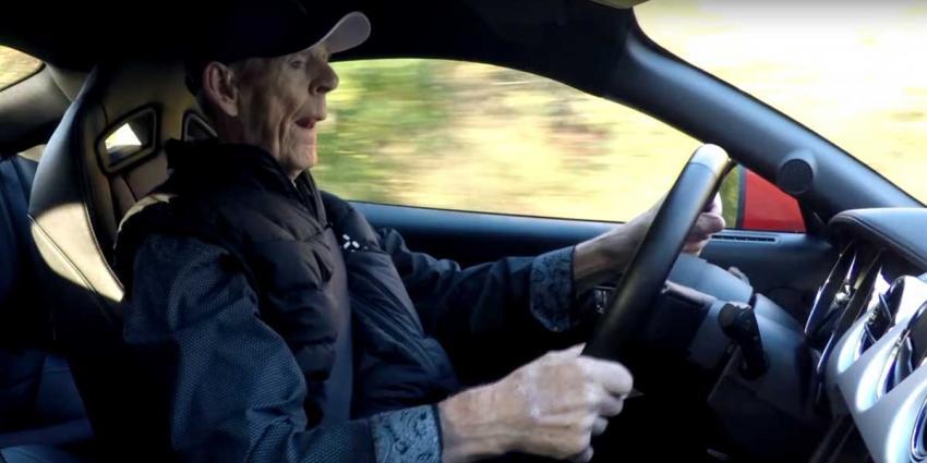 97-jarige koopt 418 PK sterke Mustang 'voor een beetje plezier in het leven'