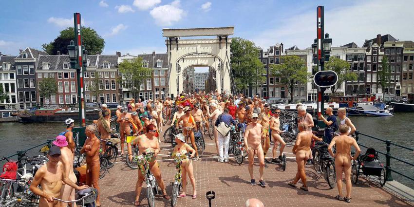 Stoet poedelnaakte fietsers trekt door hartje Amsterdam