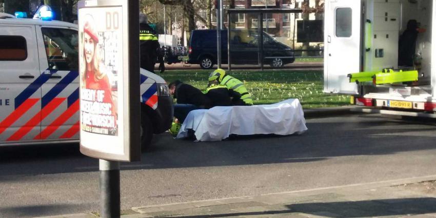 Verwarde man loopt naakt op Herensingel in Groningen