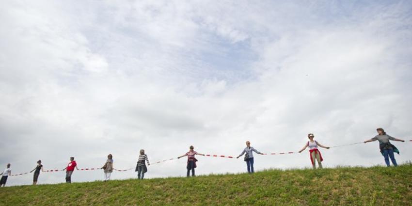 Tweehonderd actievoerders vormen menselijke ketting om boorlocatie Blijham