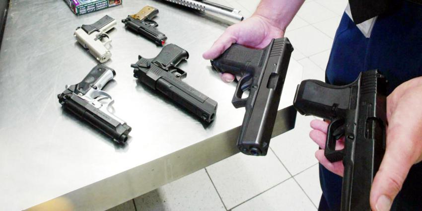 Scholier zwaait met nepvuurwapen op Haags schoolplein