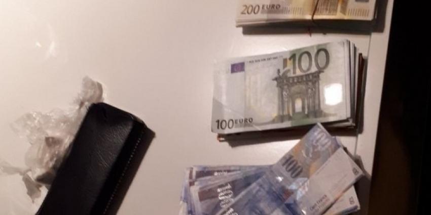 Politie pakt ruim 77.750 euro, dure horloges en auto's af bij doorzoekingen in Rotterdamse woontoren