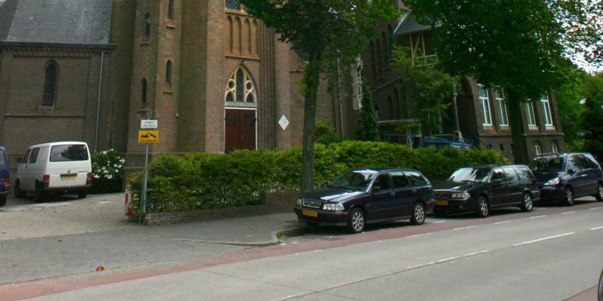 Noorddammerlaan afgesloten voor autoverkeer na brand Urbanuskerk