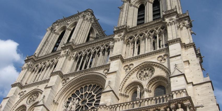 Politieagent aangevallen voor Notre-Dame in Parijs, dader neergeschoten