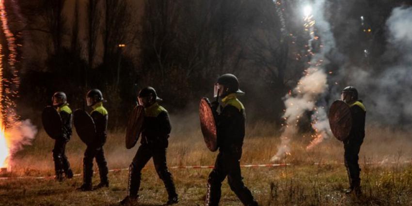 Grote oefening politiehonden met vuurwerk
