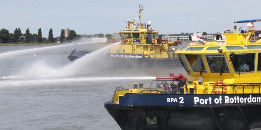 Schip ramt steiger, 300 ton olie in het water Rotterdam Botlek