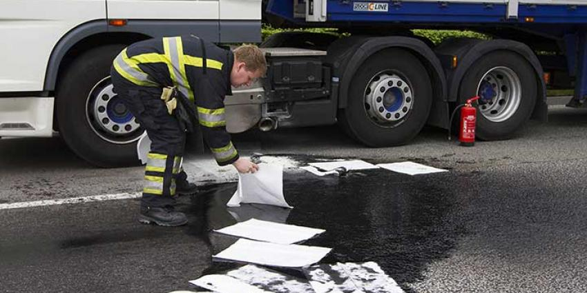 Foto van olielekkage vrachtwagen en brandweer | Sander van Gils | www.persburosandervangils.nl