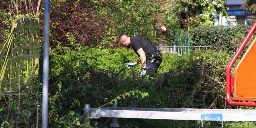 Politie doorzoekt struiken in onderzoek overleden baby op balkon