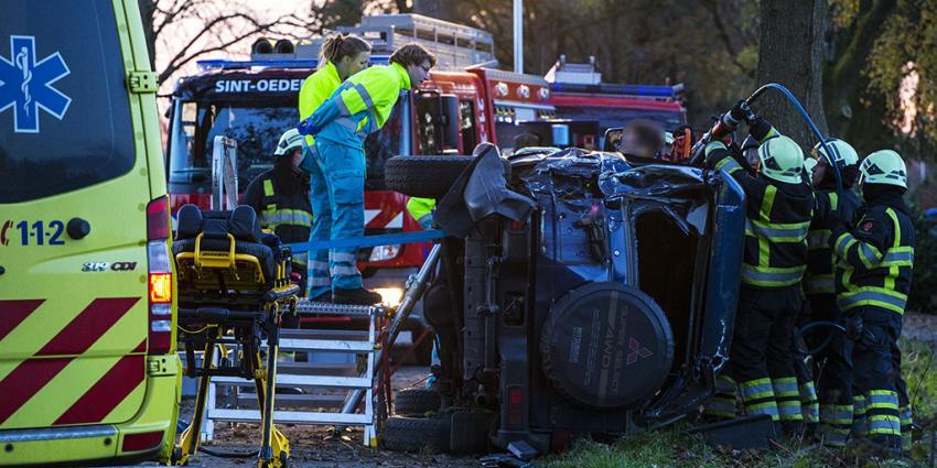 Slachtoffer gekantelde auto staat rechtop in zijn voertuig