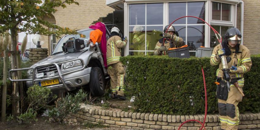 Automobiliste rijdt woning binnen en raakt gewon