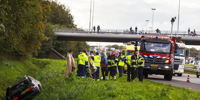 Auto belandt na aanrijding in sloot langs A58