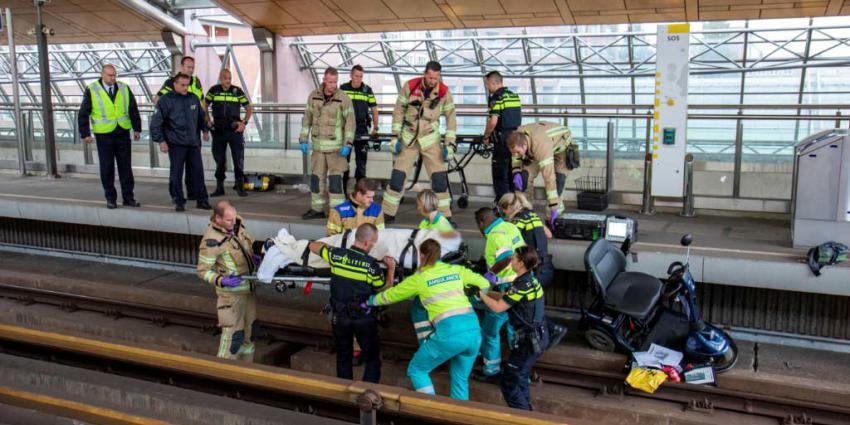 Man valt met scootmobiel van perron metrostation Schiedam
