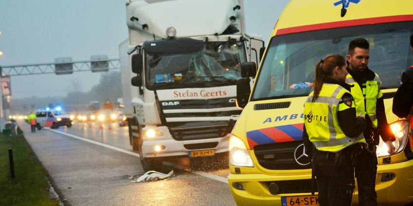 Veel fileleed na aanrijding drie vrachtwagens op A67