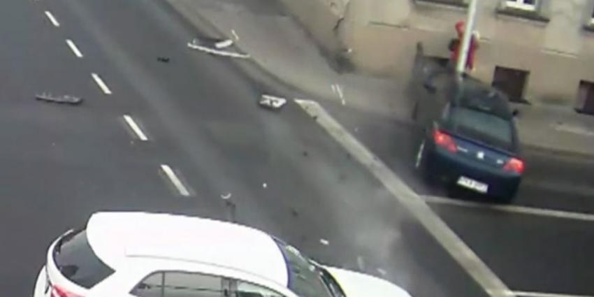 Voetgangster heeft engeltje op haar schouder tijdens crash auto's