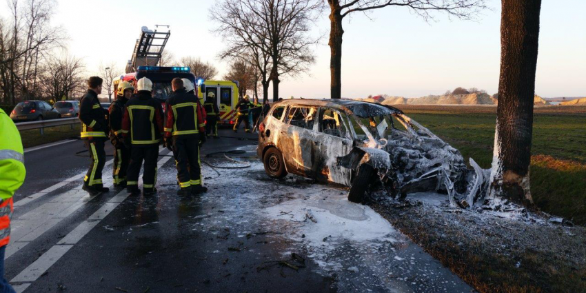 Brandweerman redt slachtoffer uit brandende auto
