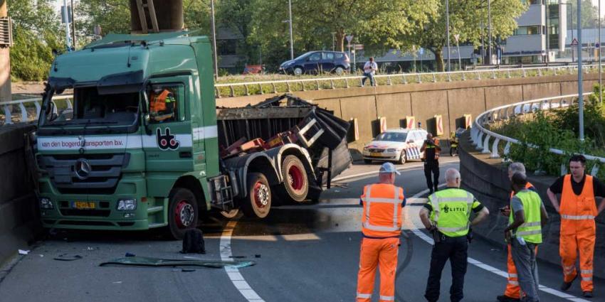 Vrachtwagen gekanteld in de bocht van de A20