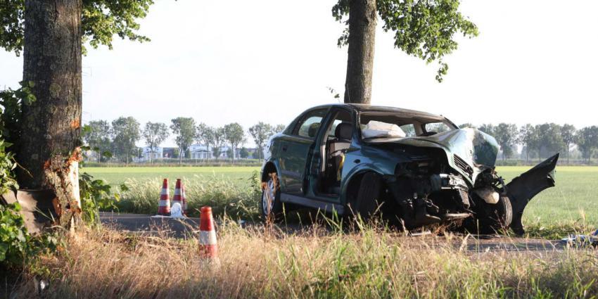 Bestuurder ernstig gewond na botsing met boom op Slagkampweg in Rosmalen