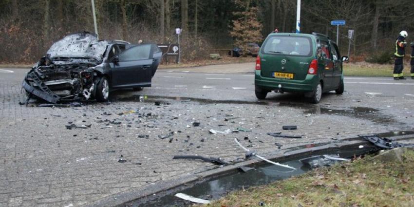 Auto vat vlam bij aanrijding in Emmen