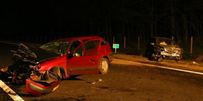 Veel schade bij ongeval tussen personenauto's op N33