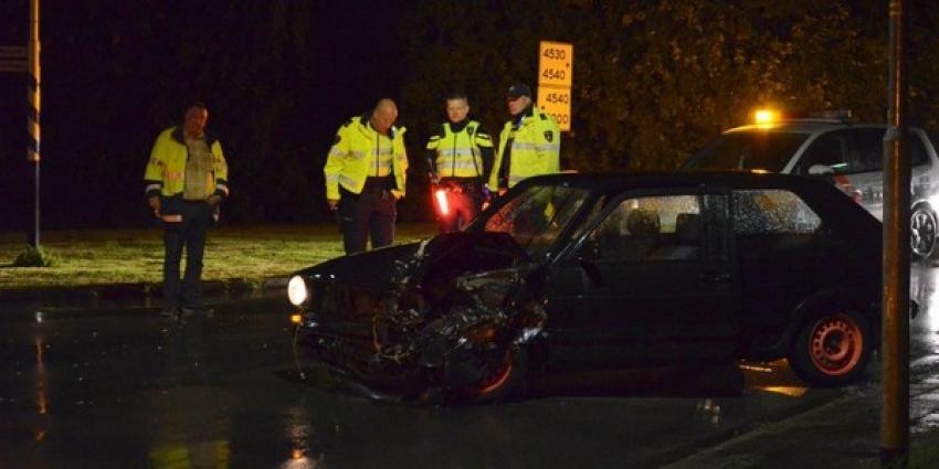 Een gewonde en veel schade na botsing Qbuzz met twee auto's in Veendam