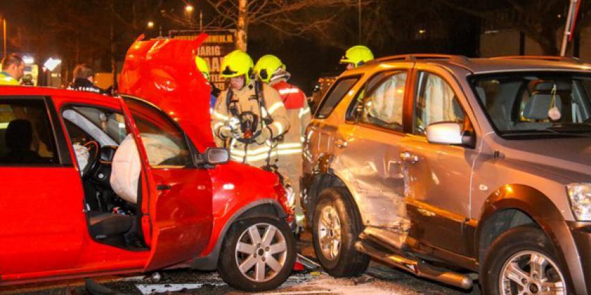 Vrouw raakt gewond bij aanrijding tussen drie auto's