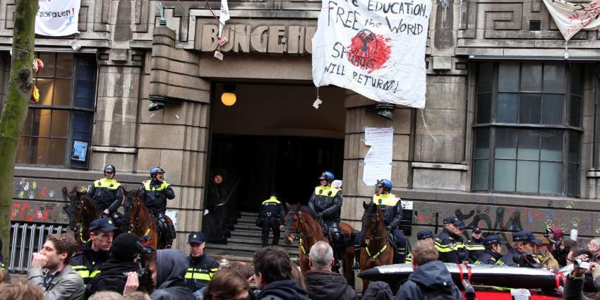 Politie is begonnen met de ontruiming van het Bungehuis