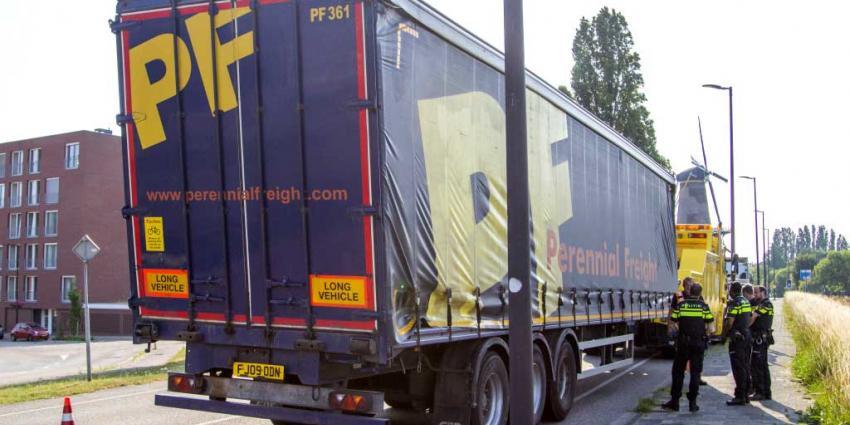 Vrachtwagen raakt viaduct en rijdt verder